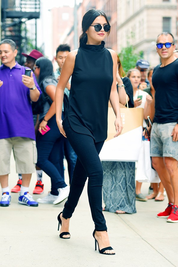 Selena Gomez all black sleeveles top skinny jeans heels